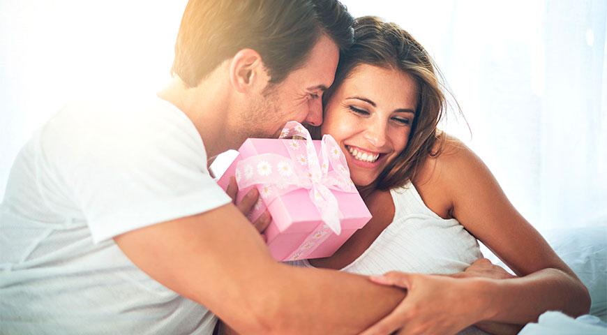4. Как влюбить девушку: делай подарки